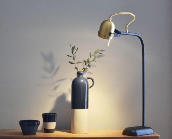 Lampe de bureau design en métal noir et or