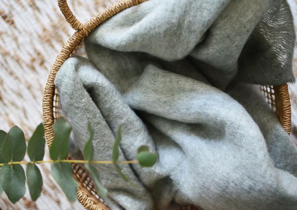 plaid en laine plaid en laine mohair tellement douillet gris ou vert d 39 eau. Black Bedroom Furniture Sets. Home Design Ideas