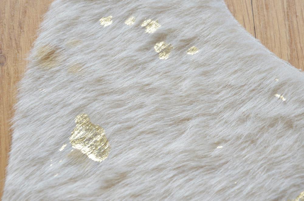 tapis peau tapis peau beige et or tr s lumineux tapis imitation de peau parfaite. Black Bedroom Furniture Sets. Home Design Ideas